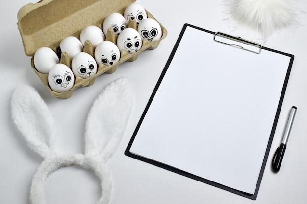 横に看板のある塗られた卵-うさぎの衣装。