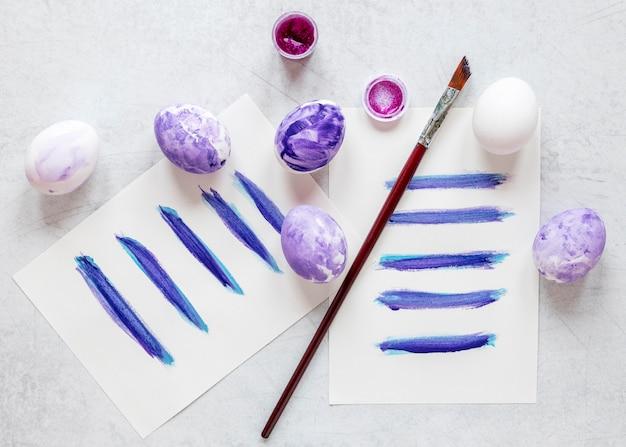 Uova dipinte con colori viola pastello per pasqua