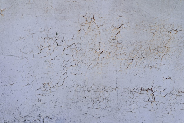 Окрашены в белый старый треснувший металл ржавый фон.