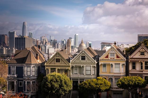 Окрашенные женские дома и горизонт сан-франциско на заднем плане, штат калифорния