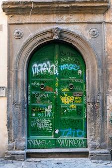 고 대 동네에서 오래 된 녹색 문을 그린