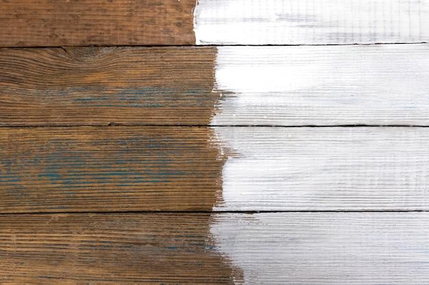 Окрашенная частично белой краской структура старых деревянных досок с местом для текста и фона.