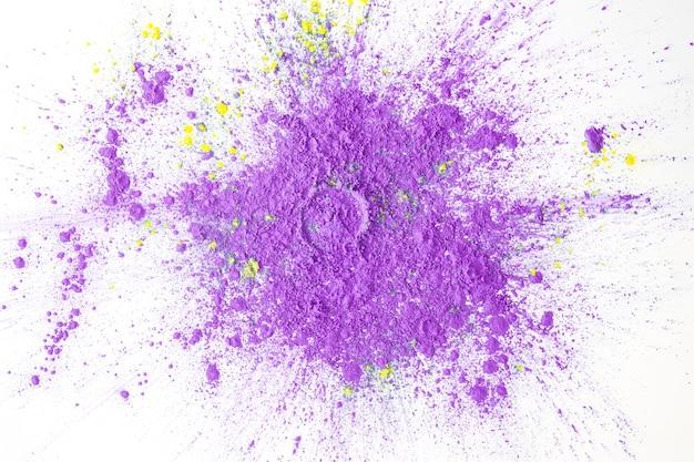 Окрашенный фиолетовый порошок на столе