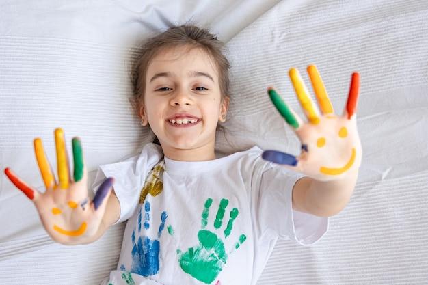 어린 소녀의 손바닥에 그려진 미소