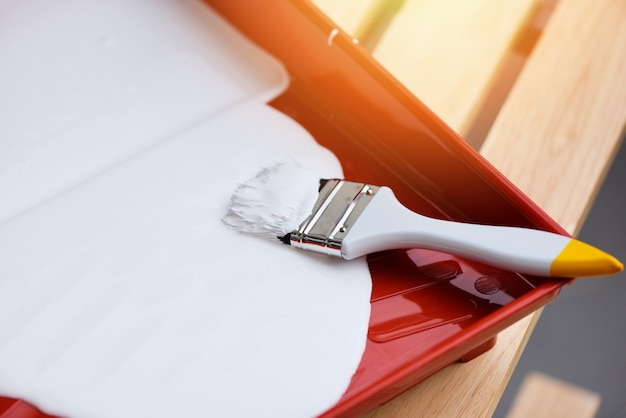 페인팅을 위한 페인트 트레이에 페인트 브러시와 페인트 롤러가 있는 페인트 도구