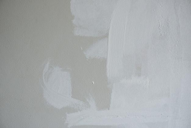 塗られた壁の背景、ペイントポーラーで家の壁を塗る画家