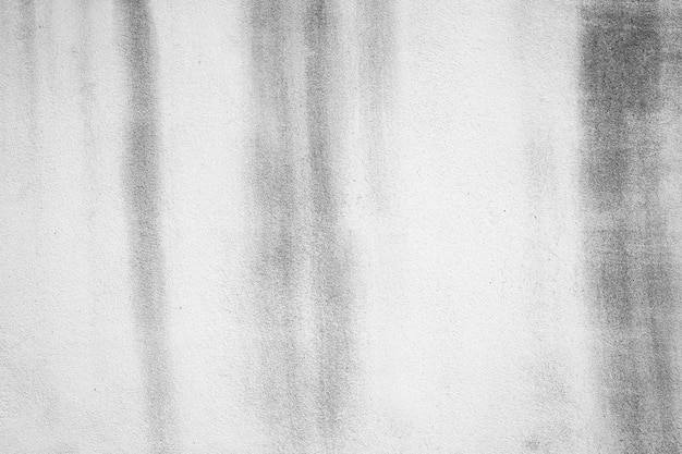 배경에 검은 흙으로 칠해진 흰 벽