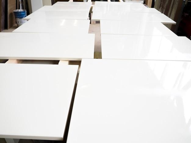 塗られた白い木の板