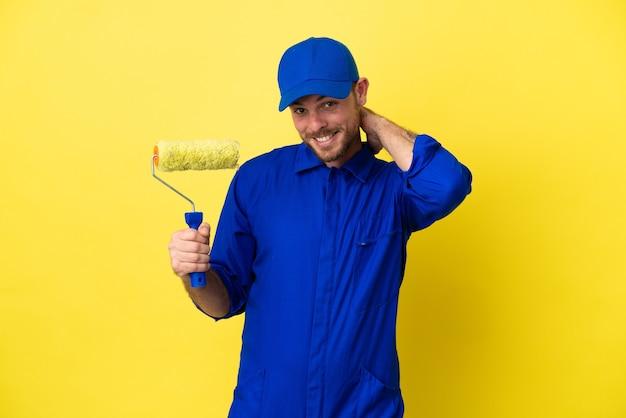 Художник бразильский мужчина, изолированные на желтом фоне смеясь