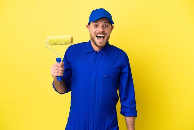 Художник бразильский мужчина изолирован на желтом фоне с удивленным выражением лица