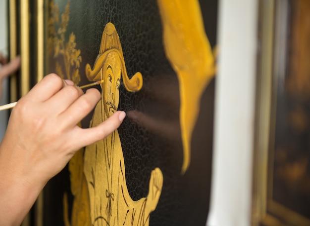 画家の装飾家は葉と人間の中国のパターンを描く、マクロ撮影