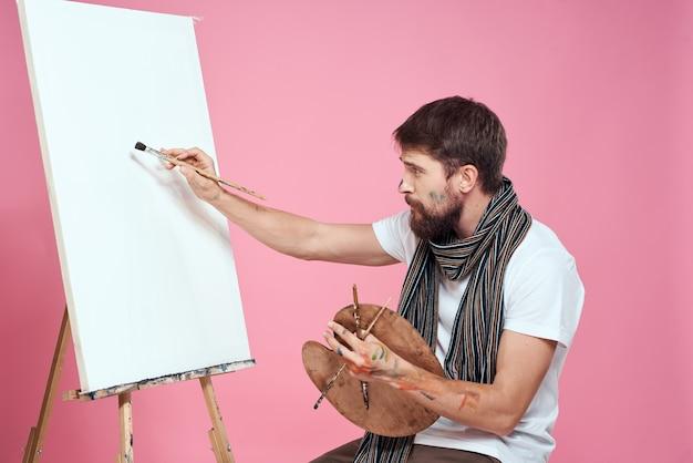 パレット描画アートイーゼル趣味の創造性を保持している画家