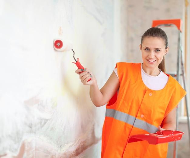 Художник краска стены с роликом