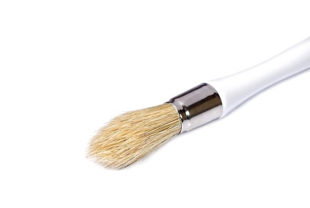 画家は白い背景にブラシをかけます