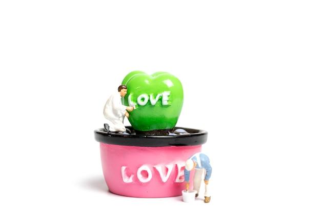 사랑 단어와 포드에 식물을 색칠 화가
