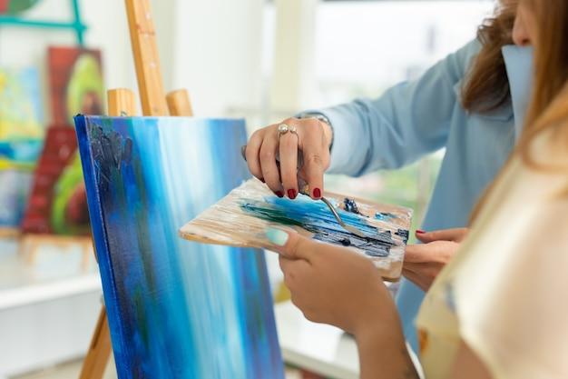 Уроки рисования, курсы рисования, навыки, воображение и вдохновение, крупным планом студентки и девушки.