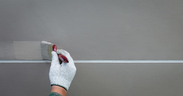 직선으로 시멘트 벽에 손으로 페인팅