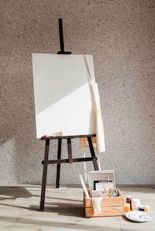 用品ボックス付きのキャンバスを塗る