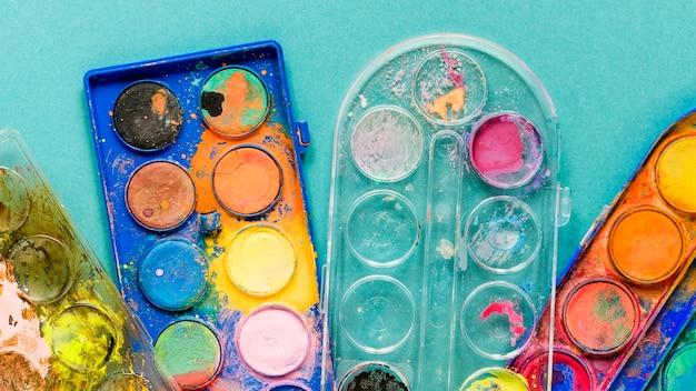 Tavolozza di colori di pittura sulla scrivania