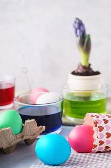 イースターのために卵を塗る。カラフルな卵、絵の具、装飾。