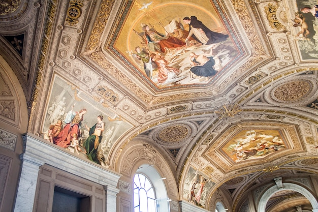 Покраска (фреска) потолков в музее ватикана