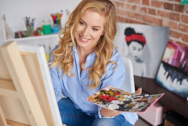 絵画は彼女の最大の情熱です