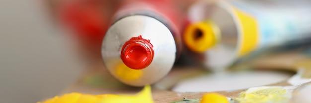 ペイントペイントとペイントのチューブは、最適な色の木製パレットの選択にあります