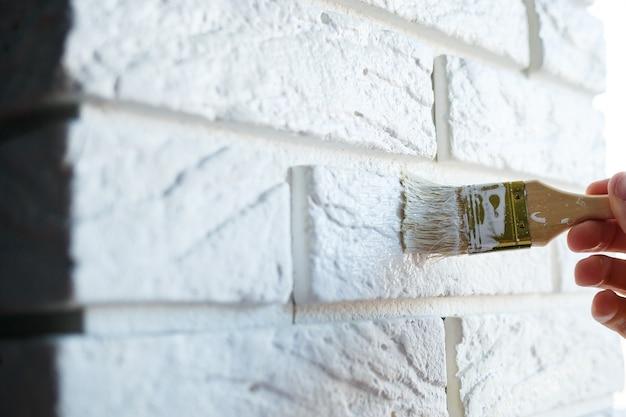 Покраска гипсового декоративного кирпича белой краской