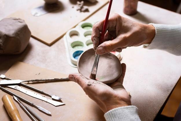 Primo piano del vaso di ceramica della pittura