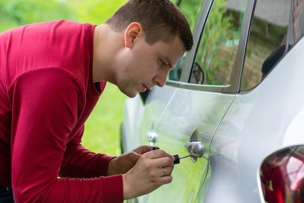 銀色のペンキで車を塗る銀色のペンキでブラシを塗る車の塗装