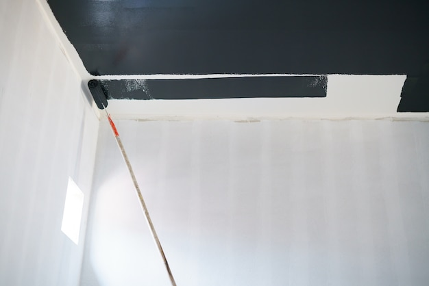 壁の天井を黒色で塗装する