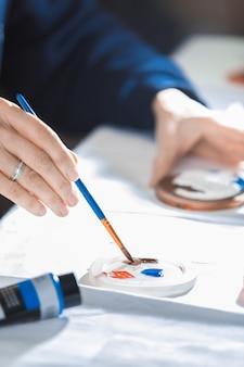 アクリル絵の具と筆で描く