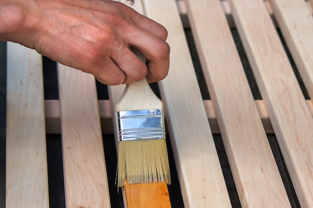 木製家具にニスを塗る