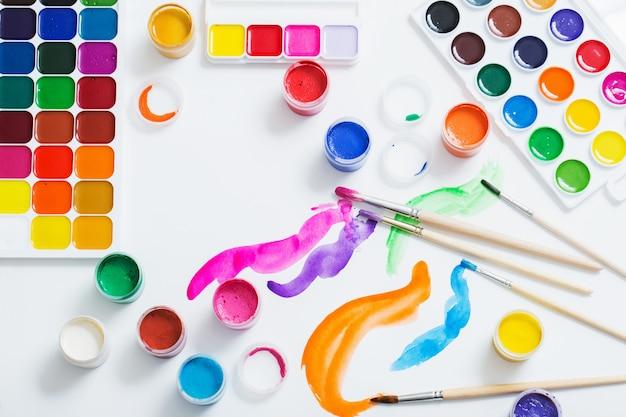 紙に絵の具や筆