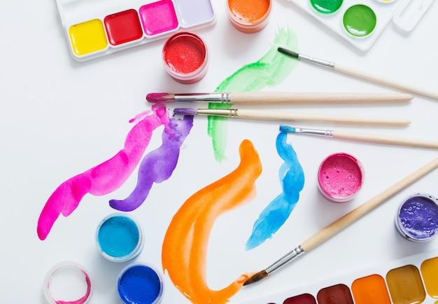 Краски и кисти на бумаге