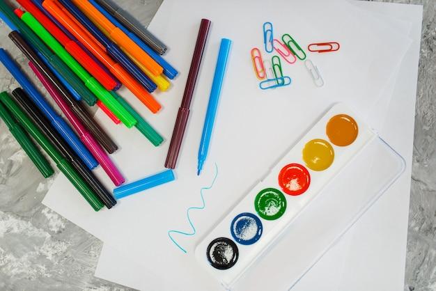 Краски и карандаши на столе, магазин канцелярских товаров