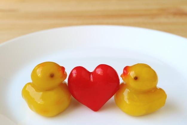 Пара утки с марципанами red heart, традиционными тайскими конфетами kanom-look-choup