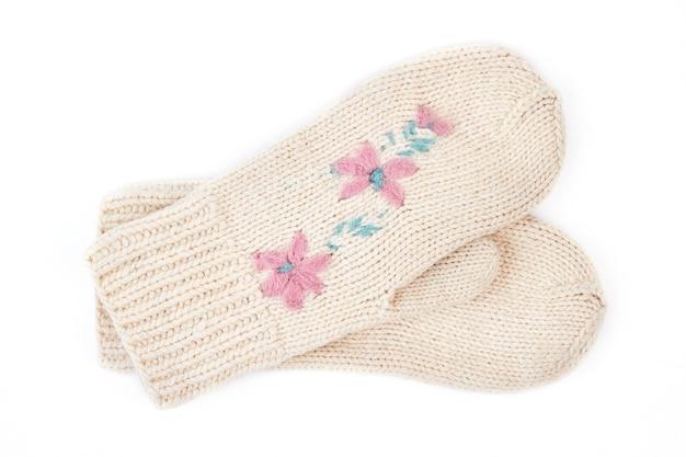 Пара красивых белых рукавиц.