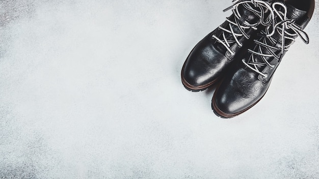 黒の本革ブーツのペア。明るい背景