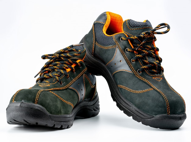 Пара черных безопасных кожаных ботинок изолирована
