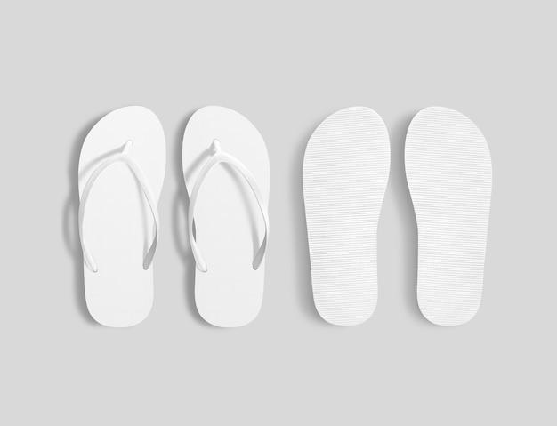 Пара чистых белых пляжных тапочек, вид сверху