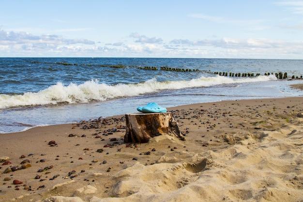 파란색 슬리퍼 한 켤레, 해변에 샌들. 여름 휴가 속성, 슬리퍼, 신발 바다 여행을 위한 편안한 신발
