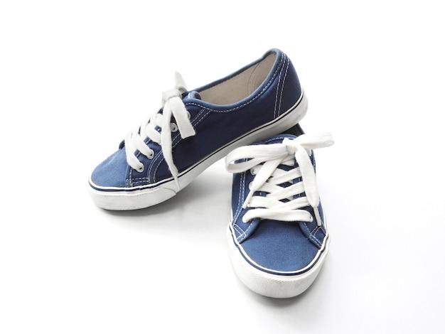 白地に青のスニーカーの靴のペア