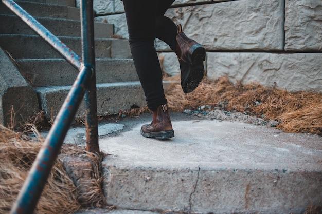 茶色の革のブーツのペア