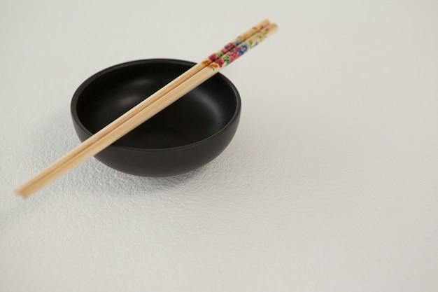 ボウルに箸のペア