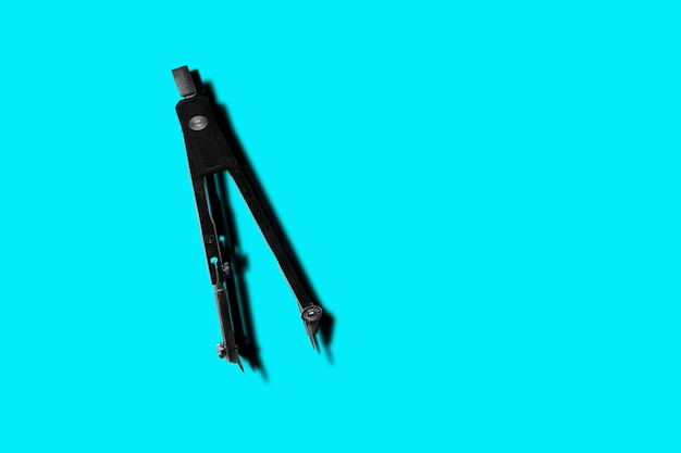 블루에 고립 된 나침반의 쌍
