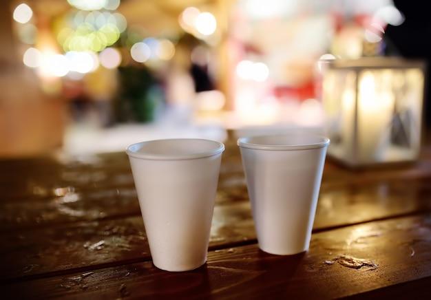 크리스마스 거리 시장에 나무 테이블에 일회용 컵의 쌍. 탈린, 에스토니아에서 유명한 박람회에 크리스마스 휴일.