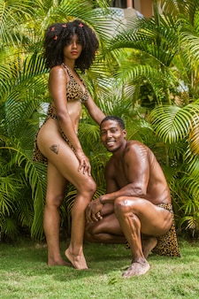 熱帯林の緑に浸るタイノ族に扮したドミニカのモデルのペア