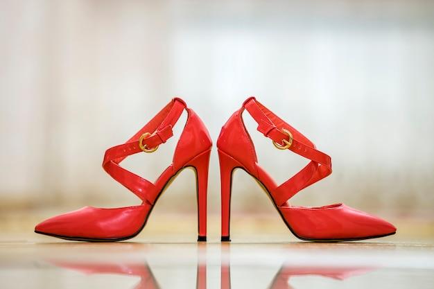 Пара модных туфли на каблуках красный вырез женские туфли с золотыми пряжками, изолированные на светлом фоне копии пространства. стиль и мода, концепция современной обуви.