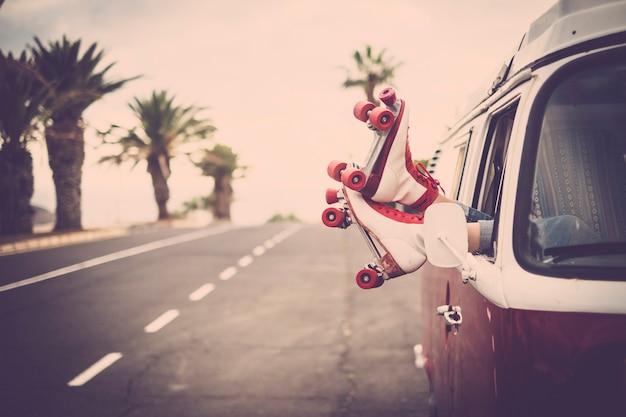 Пара ног с коньками возле старинного фургона
